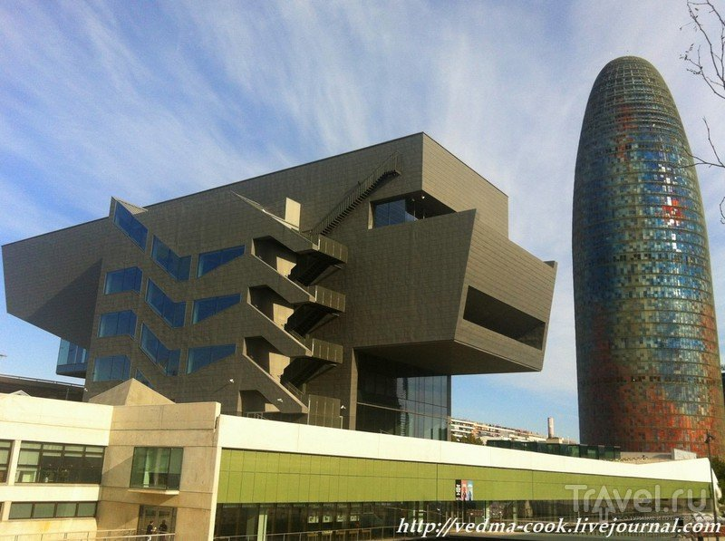По соседству с башней Агбар в здании, напоминающем гигантскую наковальню (или сказочное существо), в 2014 году открылся новый павильон Музея дизайна. Это научный и музейный центр, который объединил наиболее важные художественные коллекции музеев Барселоны по декоративно-прикладному искусству и дизайну.