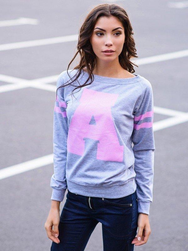 Женский образ в светло голубом свитшоте с розовой буквой А