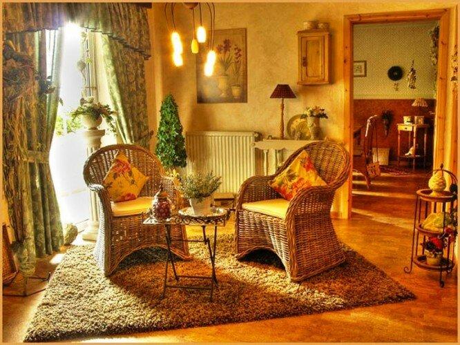 Стиль кантри в интерьере дома с плетеной мебелью.