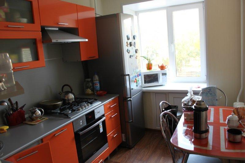 Дизайн кухни с холодильником под окном фото