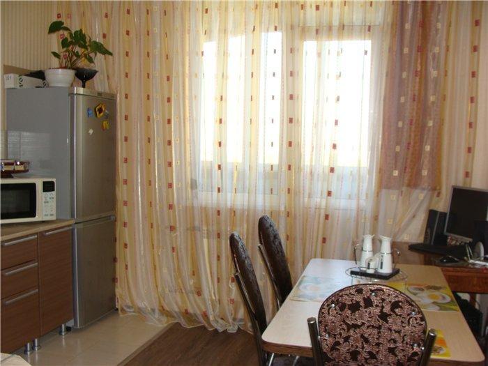 Шторы для кухни с балконной дверью, подбираются исходя из ин.