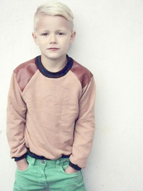Крутая стрижка для мальчика «акулий плавник» на виске.
