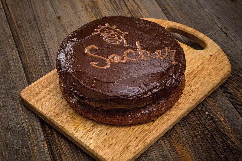 Неимоверно вкусный и сладкий торт!  Шоколадный, ароматный, безумно красивый.