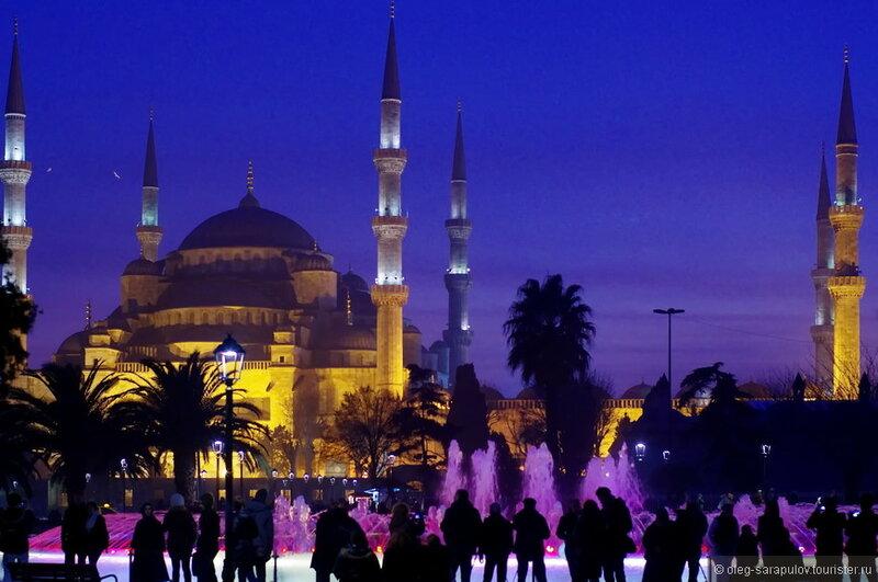 Голубая мечеть — самая большая мечеть Стамбула, 6 минаретов, без посещения этого места трудно представить масштабы религиозности турок, а так же их умение строить.