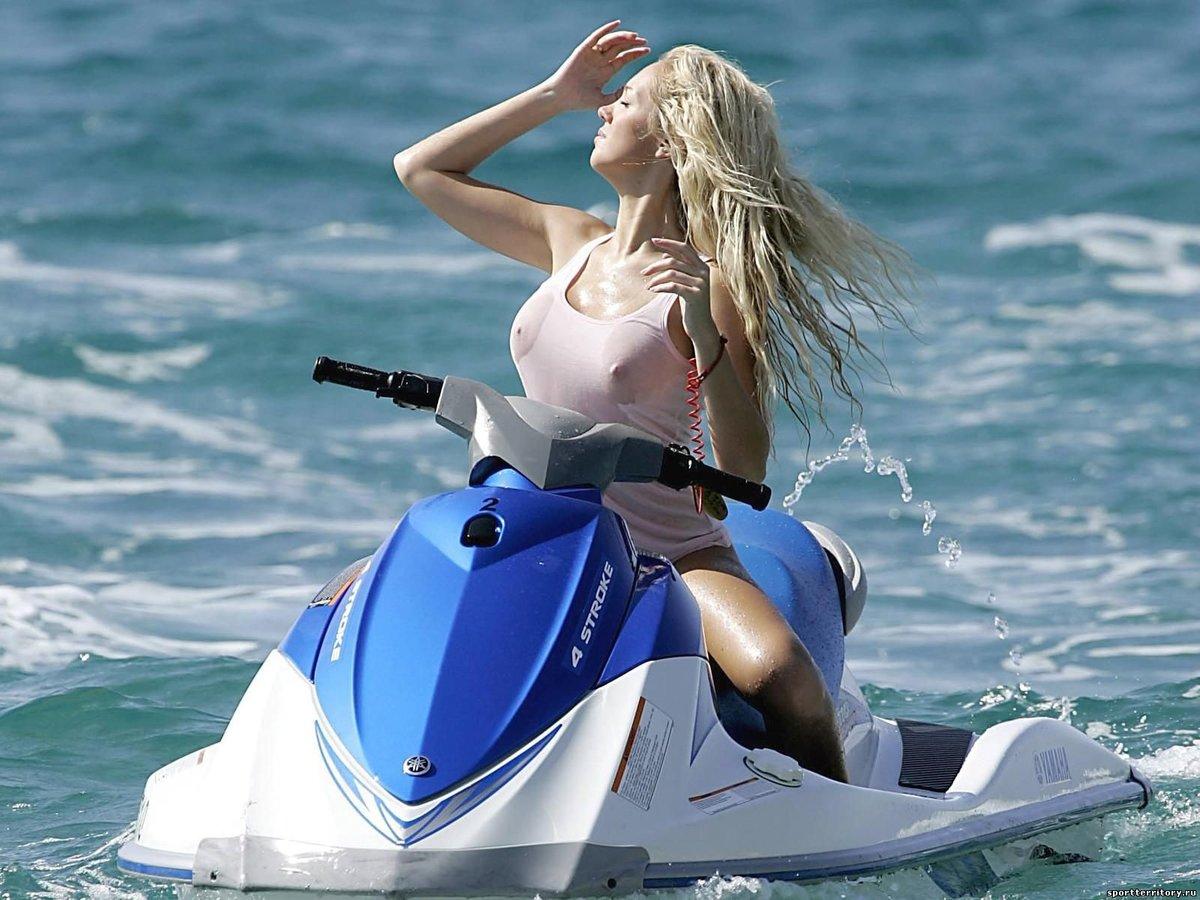 водном мотоцикле на фото девушки