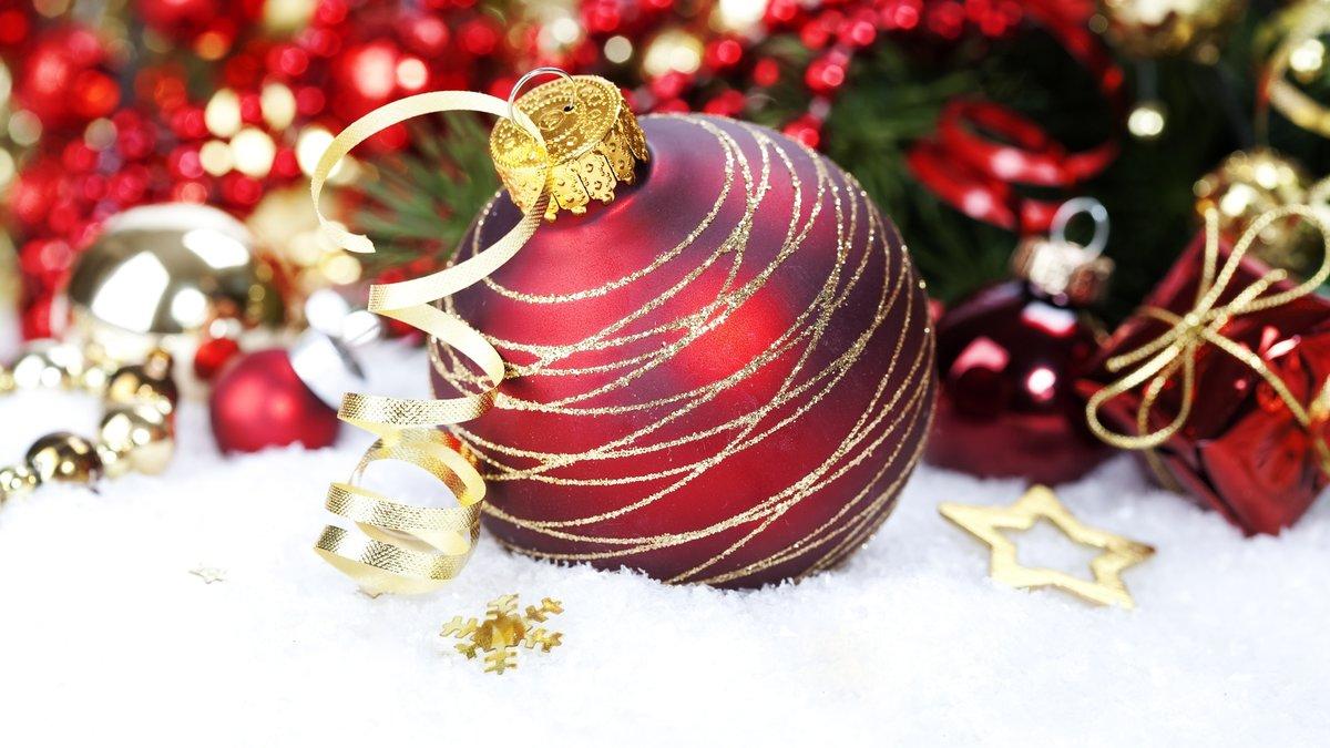 красный шар с золотыми тонкими полосками