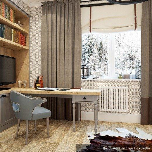 Кабинет в частном доме с креслом и столом в светлых тонах