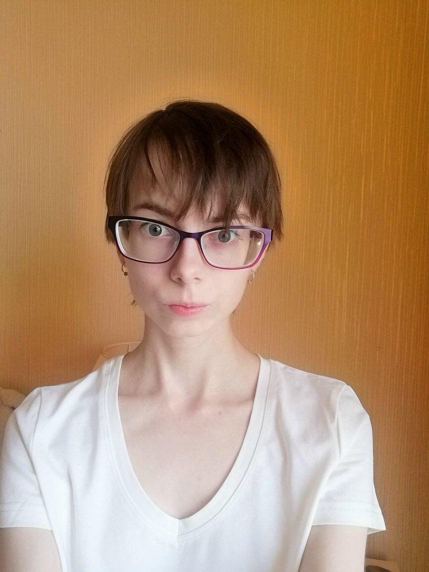 Фото без ретуши. Из макияжа – только накрашенные ресницы.