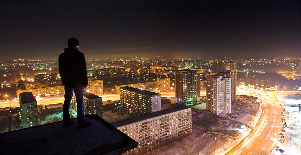 Один парень на крыше картинка