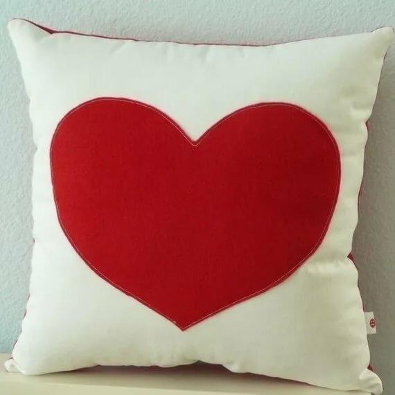 Картинки красивой подушки с рисунком сердечек