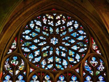 витраж окна в готическом стиле