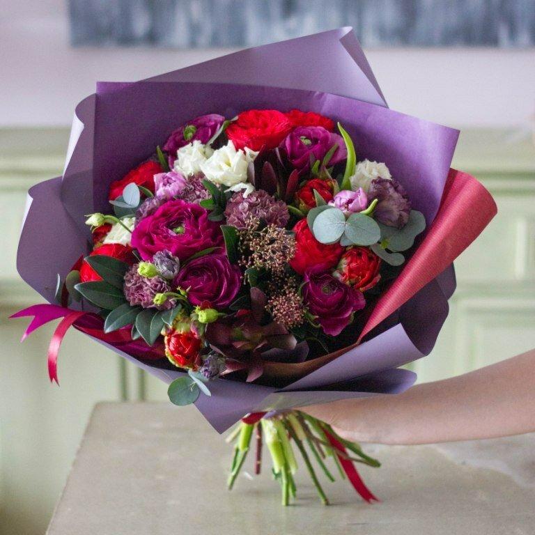 ведёт свою дорогой букет цветов в руках фото улицы