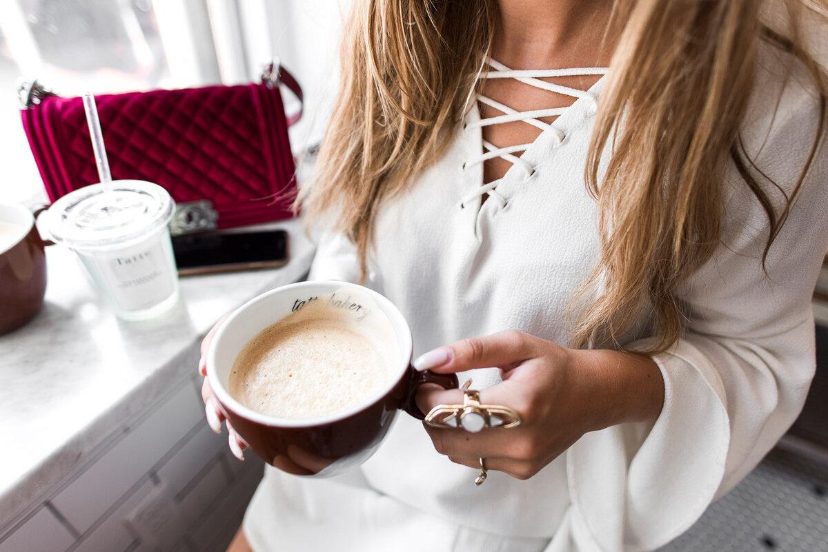 картинка со спины с кофе объединяет себе