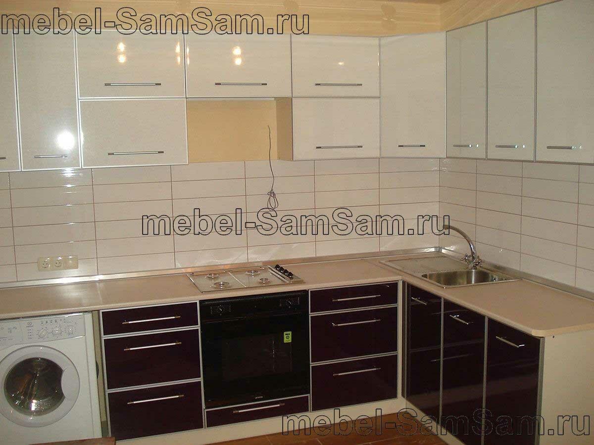 Бежевый кухонный гарнитур в алюминиевой рамке фото