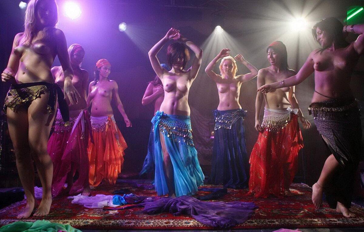 Nacked dancing ladies #4