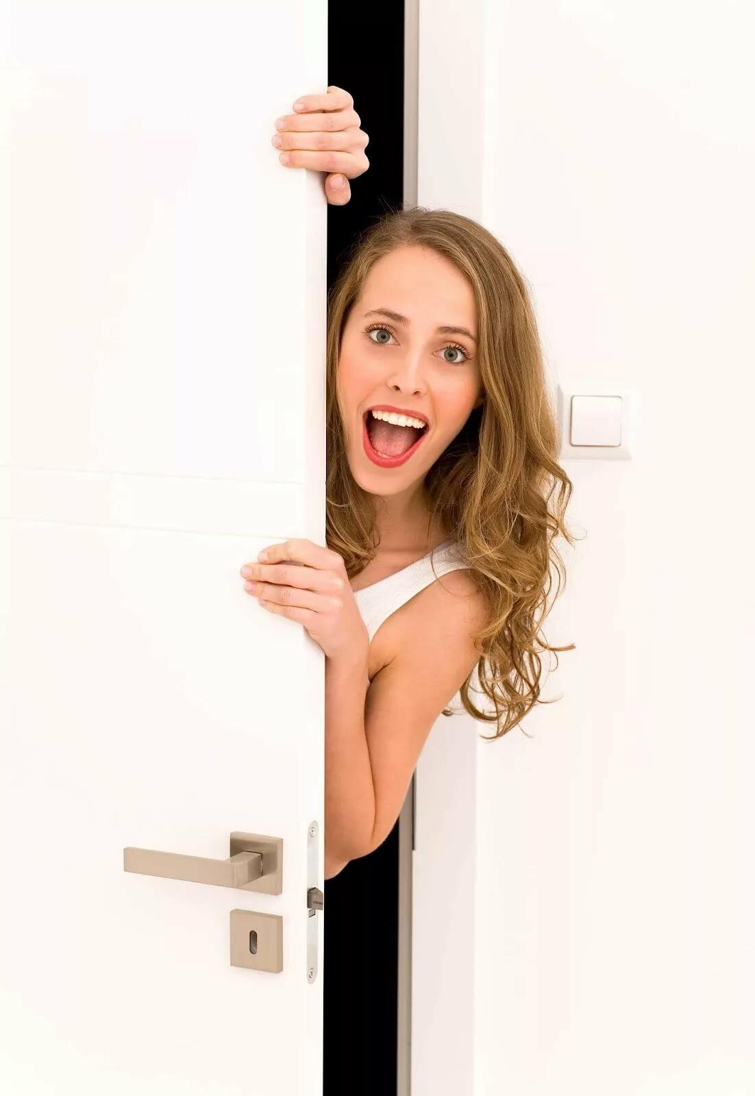 Картинка девочка открывает дверь
