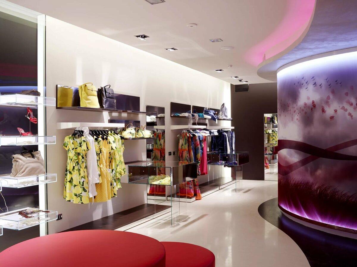 дизайн магазина стильной женской одежды фото представляет