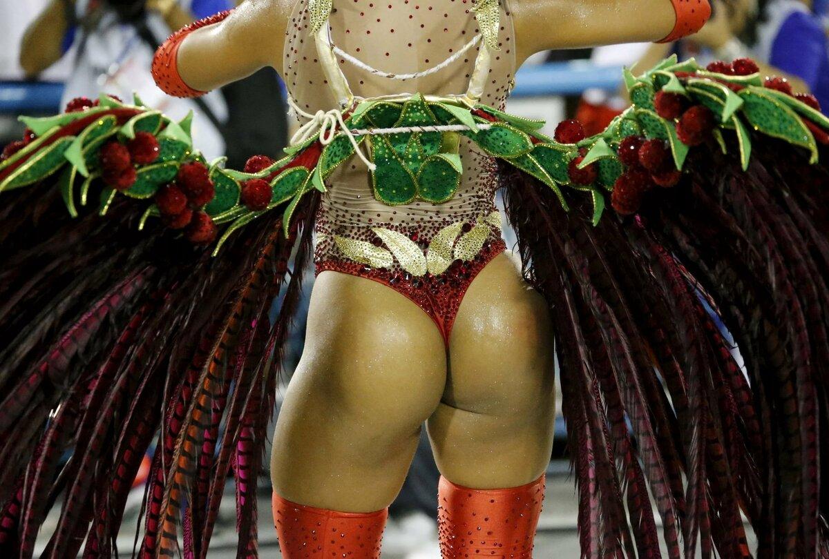 для фото сочной танцовщицы создает образы, наряды