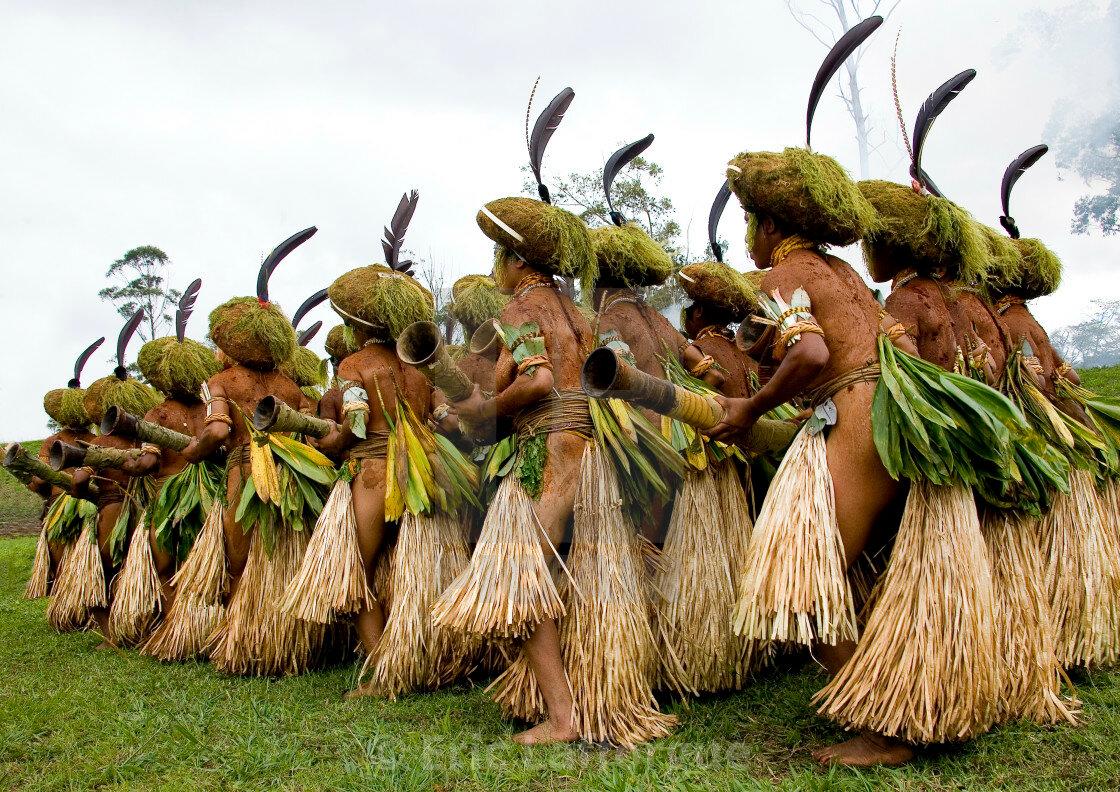 картинка древние люди в одежде из листьев чаше весов