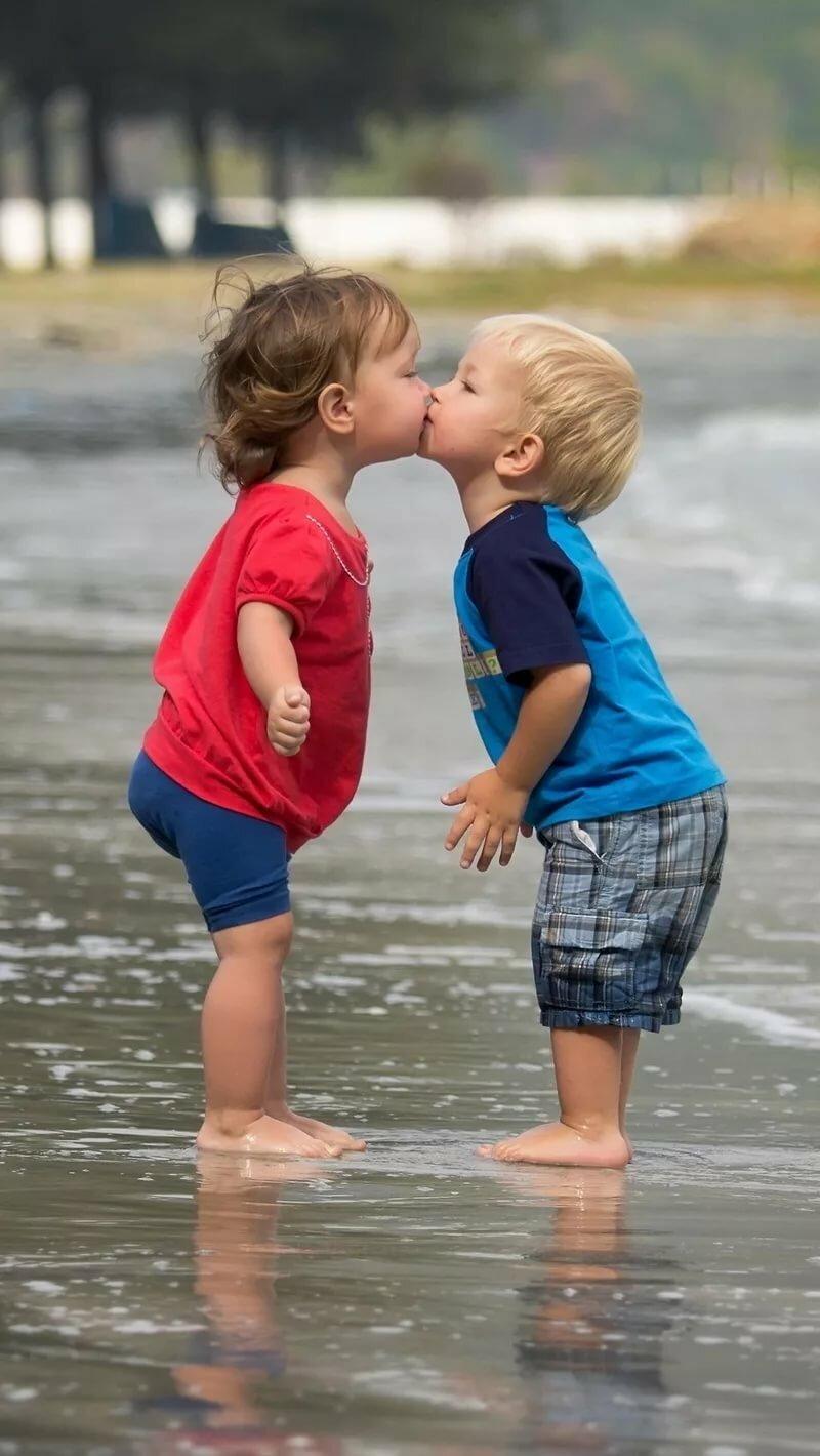 Детки целуются картинка