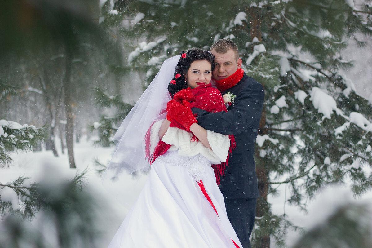 фотосессия свадьбы в красном платье зимой после обрушения