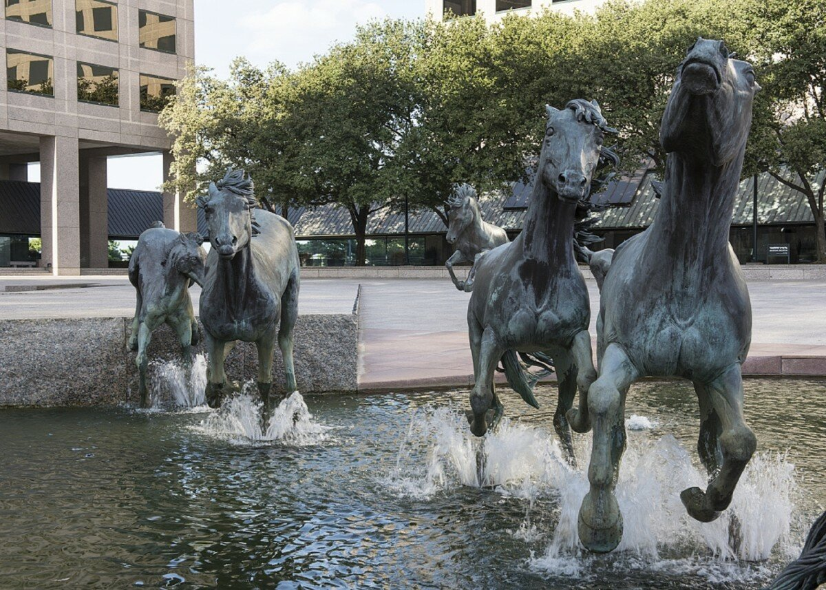 картинки памятник лошади одной