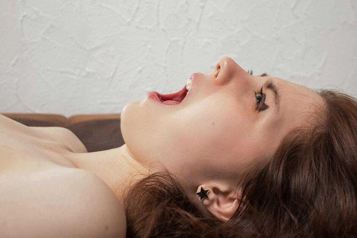девушка поет во время секса видео