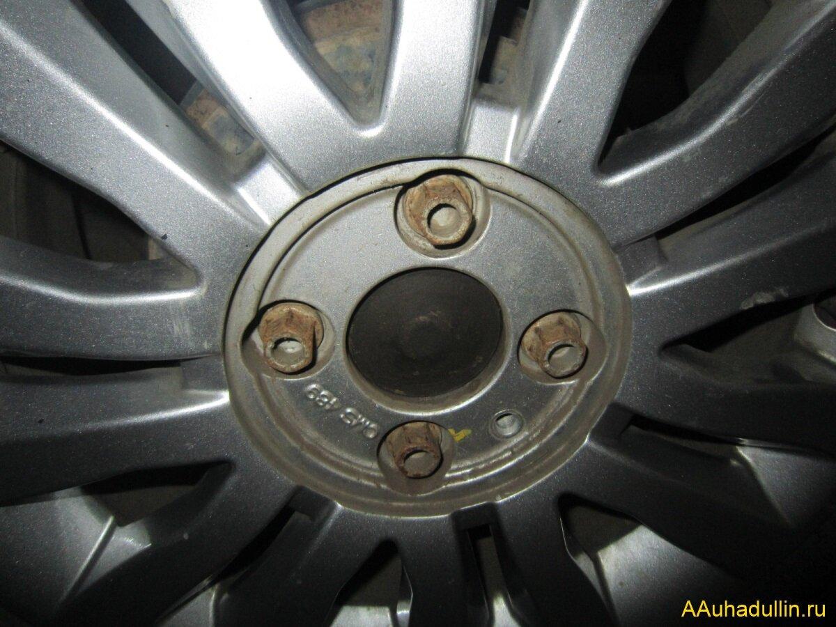откручиваем колёсные болты и снимаем колесо