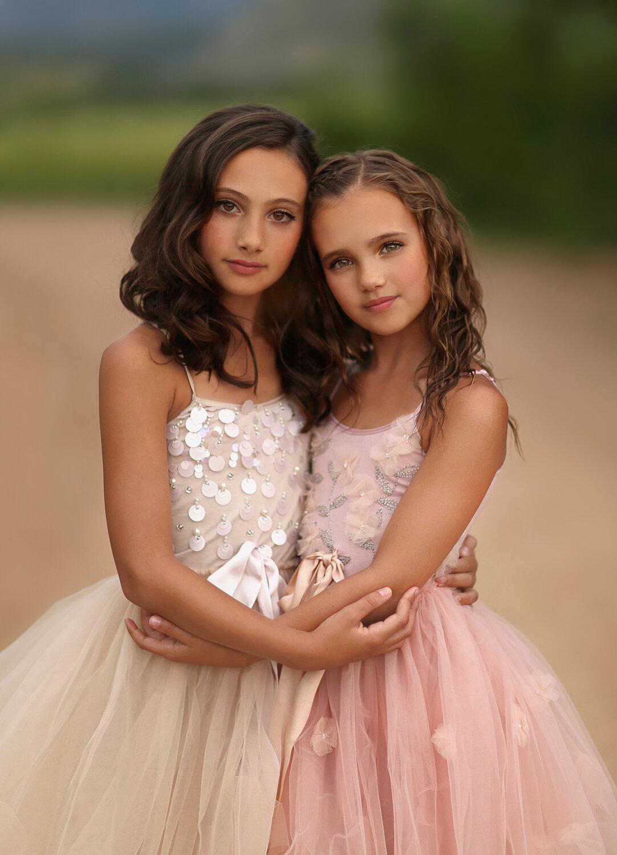 Картинка две сестрички