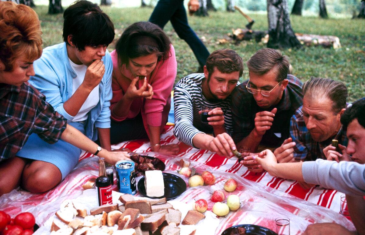 Фотографии и рисунки советских молодежных туристов