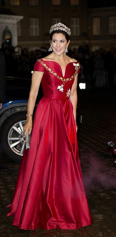 Фото королев в платьях разных странах