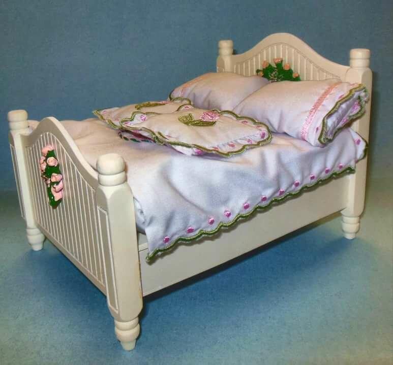 картинка кровать для кукольного домика молочных тонах издавна