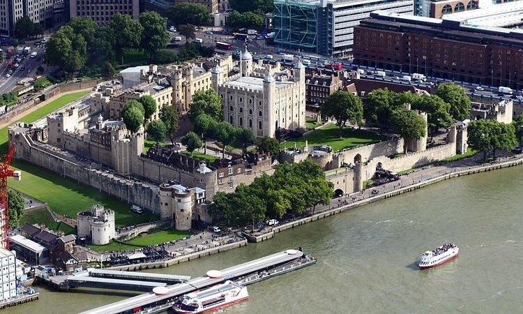 Хотя построен Тауэр как укрепленный замок и королевская резиденция, он в основном использовался в качестве тюрьмы с 1100 до 1952 года.
