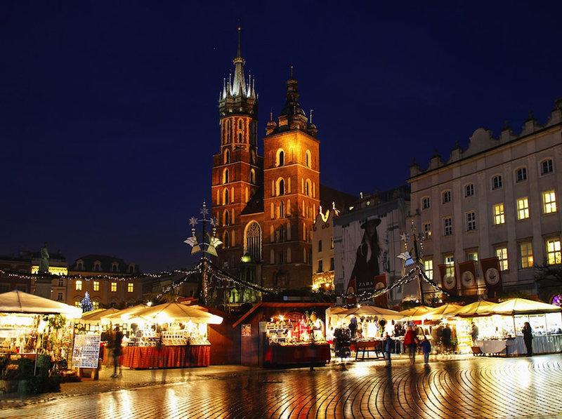 Главная рыночная площадь Кракова (Rynek Główny) в Польше оживает с тысячами огнями в Рождество. Более 60 празднично украшенных киосков предложат Вам сувениры ручной роботы, вещи из шерсти, всевозможные изделия из дерева, стекла, керамики и еще много всего интересного за разумные деньги.