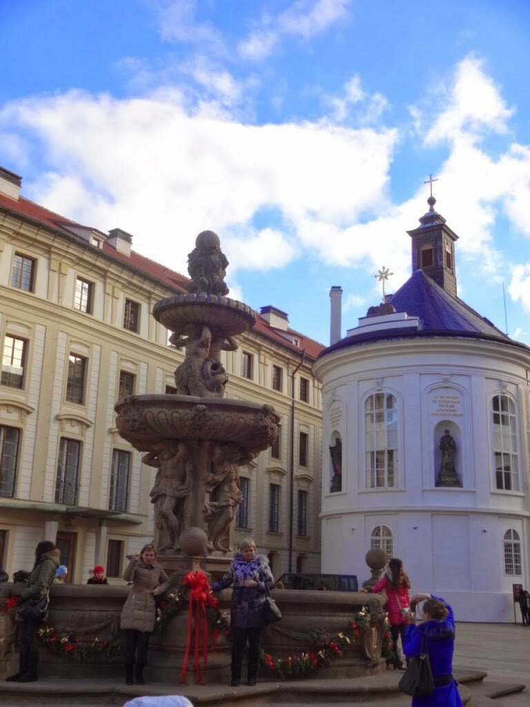 Рядом находится Леопольдов фонтан, в который туристы бросают монетки.
