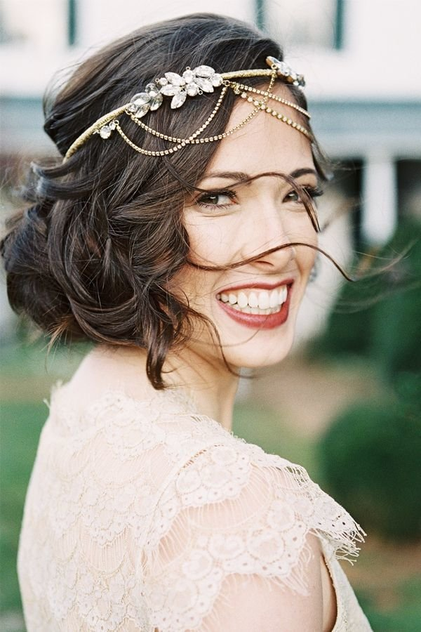 Свадебный макияж — важная деталь образа невесты, тут надо учитывать не только тип кожи невесты и её пожелания к макияжу, но и сезон проведения свадьбы, и стилистику мероприятия.
