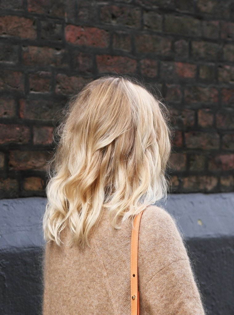 Поздравления, картинка блондинок с короткими волосами со спины