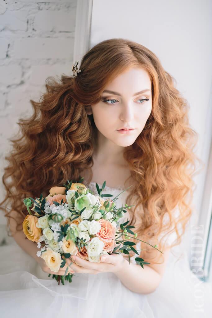 Нежность и чувственность взгляда невесты достигается правильным свадебным макияжем глаз. В его палитре совсем не место темным и слишком ярким теням.