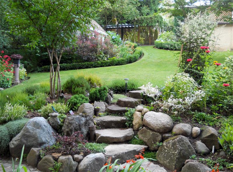 Ступеньки из камней в саду.