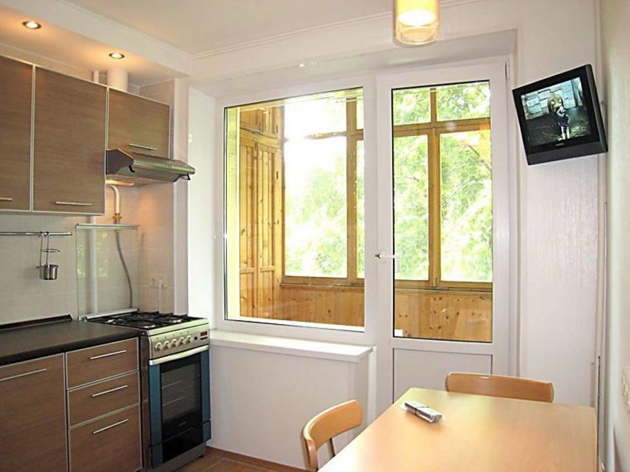"""Угловая кухня с большим окном и выходом на балкон."""" - карточ."""
