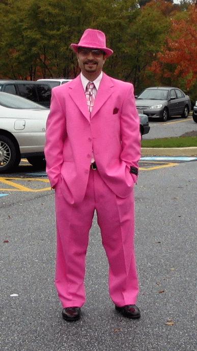 пацан в розовом костюме вот