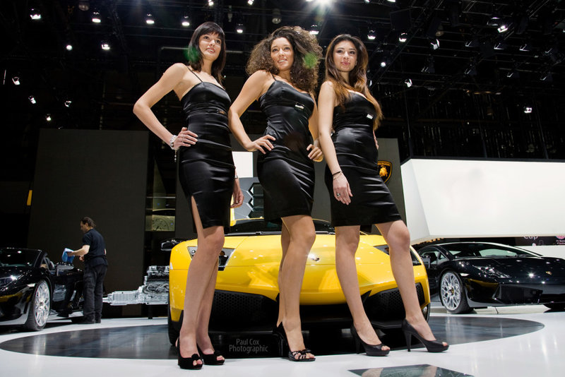 Девушки Парижского автосалона на стенде Lamborghini