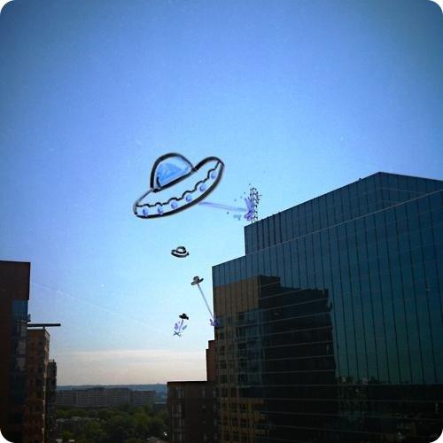 Нашествие НЛО. Рисунок на окне