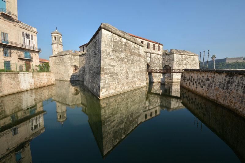 Крепость Ла-Фуэрса — бастионная система укреплений в западной части городской гавани, граничащая с Оружейной площадью.
