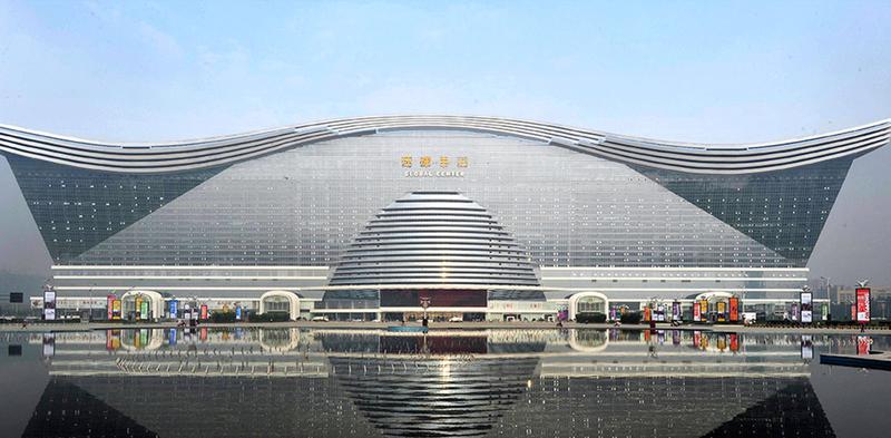 Построенный в 2010 году многофункциональный комплекс «Новый век» официально признан самым большим цельным зданием в мире. Площадь здания составляет 1,76 миллиона квадратных метров, что втрое больше площади Пентагона. В уникальном комплексе располагаются торговые площади, офисы, конференц-залы, университетский комплекс, два коммерческих центра, два пятизвездочных отеля, кинотеатр IMAX и аквапарк с искусственным пляжем.