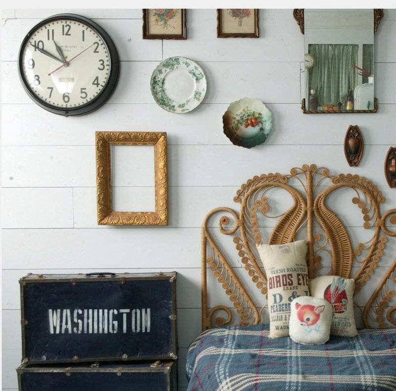 Часы в интерьере спальни