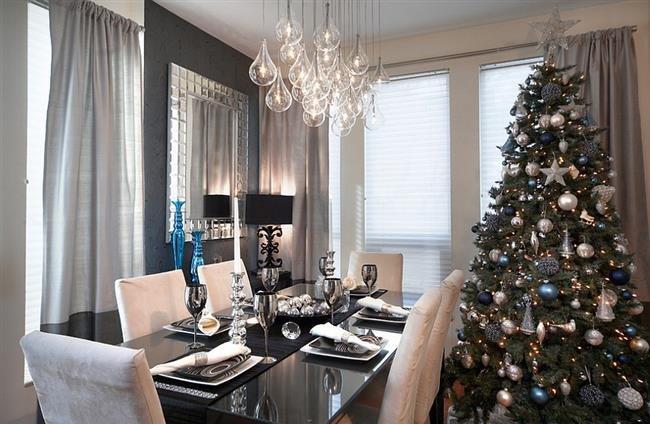 Элегантная столовая в современном стиле, украшенная к празднику.