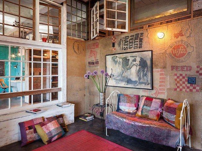 Яркая гостиная с интерьером в стиле шебби шик.