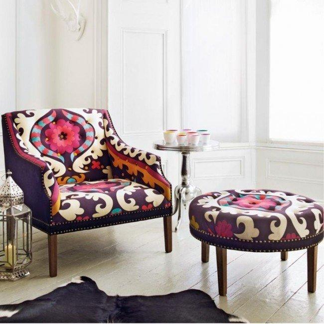 Яркие кресла и пуфы - неизменные составляющие эклектичного интерьера гостиной