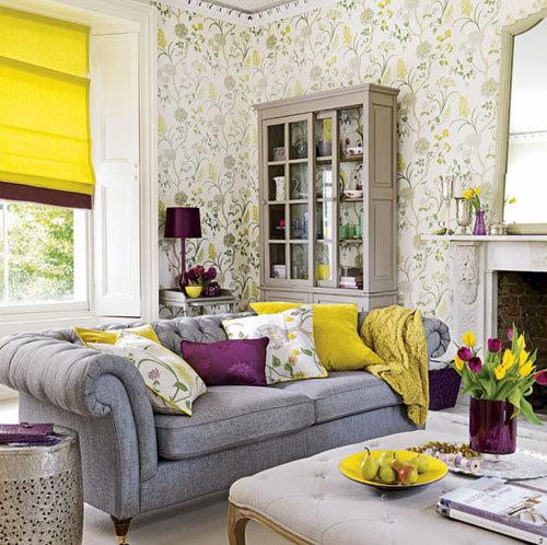 Яркий интерьер гостиной на базе дополнительных цветов